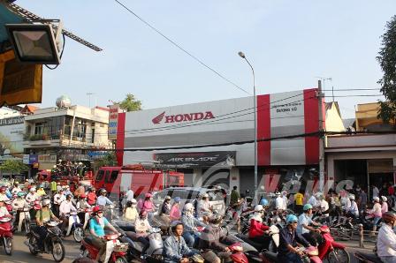 Cháy dữ dội tại cửa hàng xe máy Honda