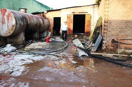 Cháy bồn chứa dầu, 3 người bỏng nặng.
