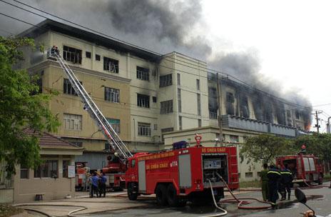 Đang cháy lớn tại khu chế xuất, hàng ngàn người di tản khẩn cấp