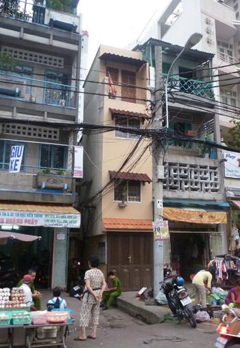 TPHCM: Một nhân viên ngã gãy cổ khi đang trèo cột điện