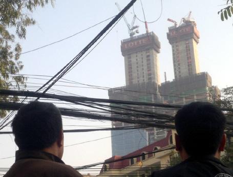 Hà Nội: Gãy cẩu tháp ở tòa nhà 70 tầng, hàng trăm người hoảng loạn