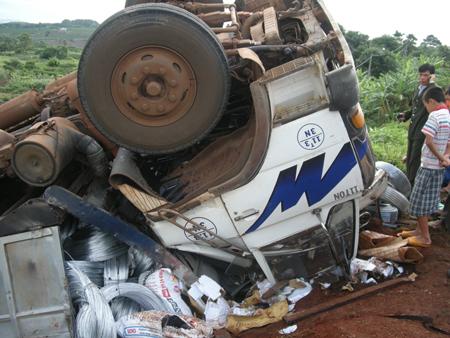 Xe tải lật úp, tài xế tử vong trong ca bin